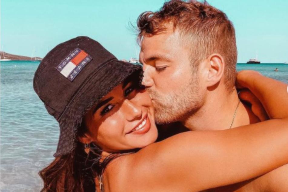 Junges Liebesglück: Julian drückt seiner Ehefrau Sarah Engels (beide 28) einen Kuss auf die Wange.