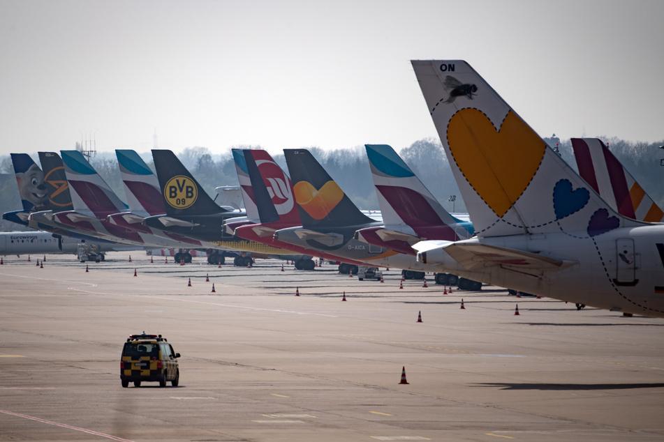 Bevor das Landeverbot für Passagiermaschinen aus Großbritannien in NRW in Kraft tritt, sind noch einzelne Flugzeuge aus dem Vereinigten Königreich gelandet (Symbolbild).