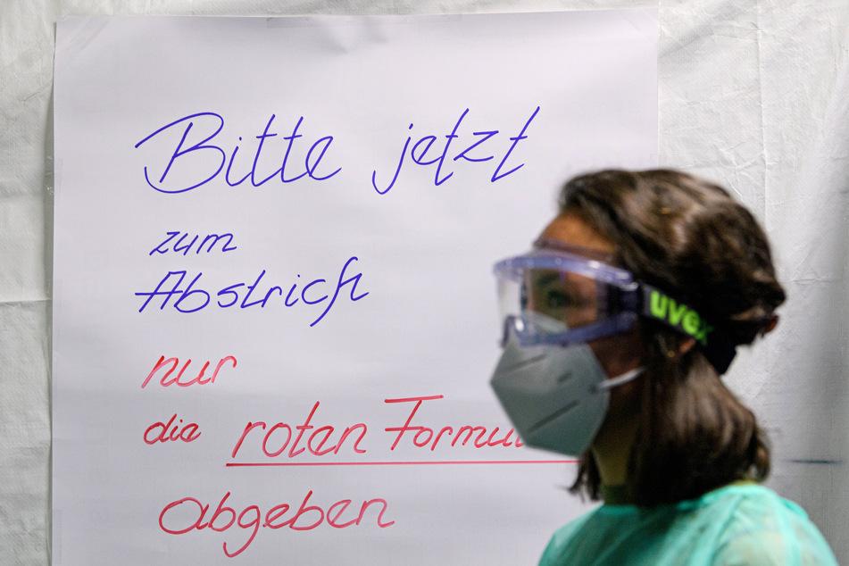 Eine Ärztin der Kassenärztlichen Vereinigung Sachsen steht in der Corona-Teststation für Urlaubsrückkehrer.