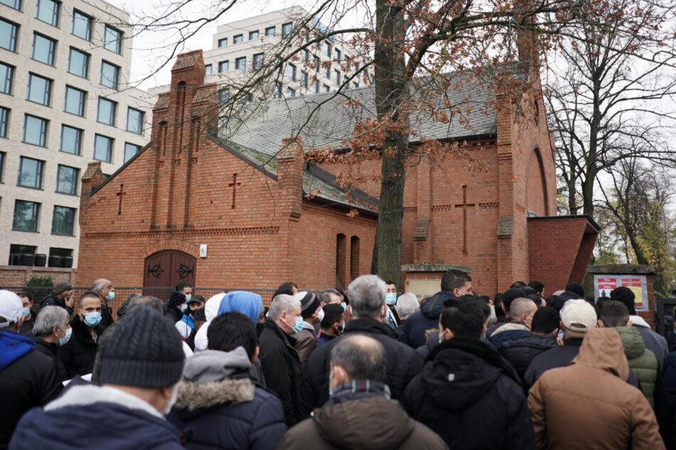 Zahlreiche Menschen kommen zur Beerdigung des 13-Jährigen auf den Neuen Zwölf-Apostel-Kirchhof.