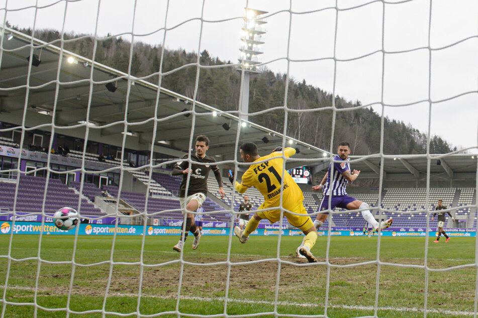 Der Treffer von Pascal Testroet (30) war beim 1:3 gegen St. Pauli einer der wenigen Lichtblicke aus Auer Sicht.
