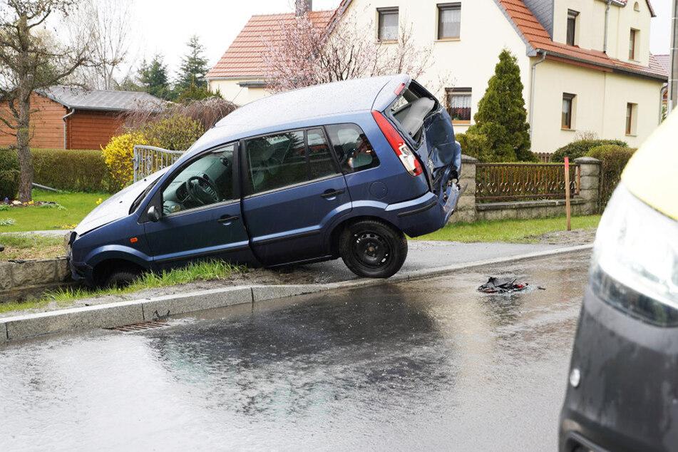 Der Ford wurde von der Straße geräumt und nahm heftigen Schaden.