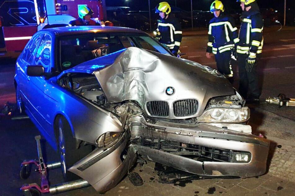 BMW kracht gegen Ampel, doch vom Fahrer fehlt jede Spur