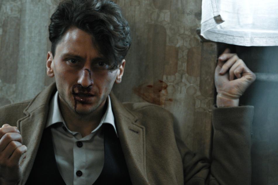 Der Schlag mit der Schrotflinte auf die Nase hat Mark Franke (Moritz Heidelbach) sichtlich gezeichnet.