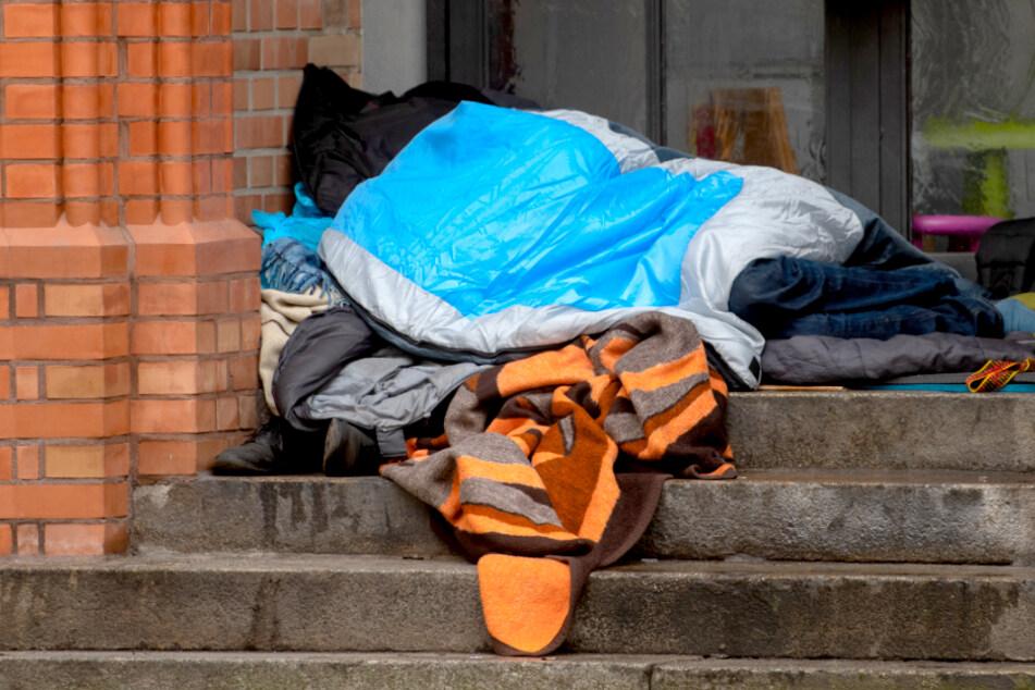 Mit Messer attackiert: Passantin findet bewusstlosen Obdachlosen!