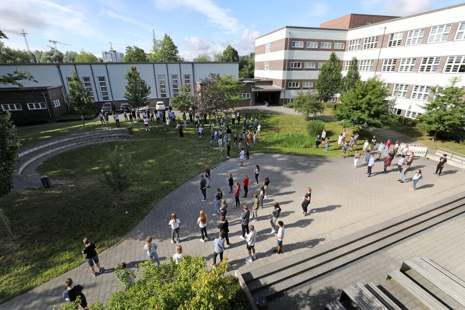 Im Innerstädtischen Gymnasium Rostock ISG stehen die Schüler der 9. Klassen mit entsprechendem Abstand zueinander im Innenhof, wo sie vom Direktor begrüßt werden. (Symbolbild)