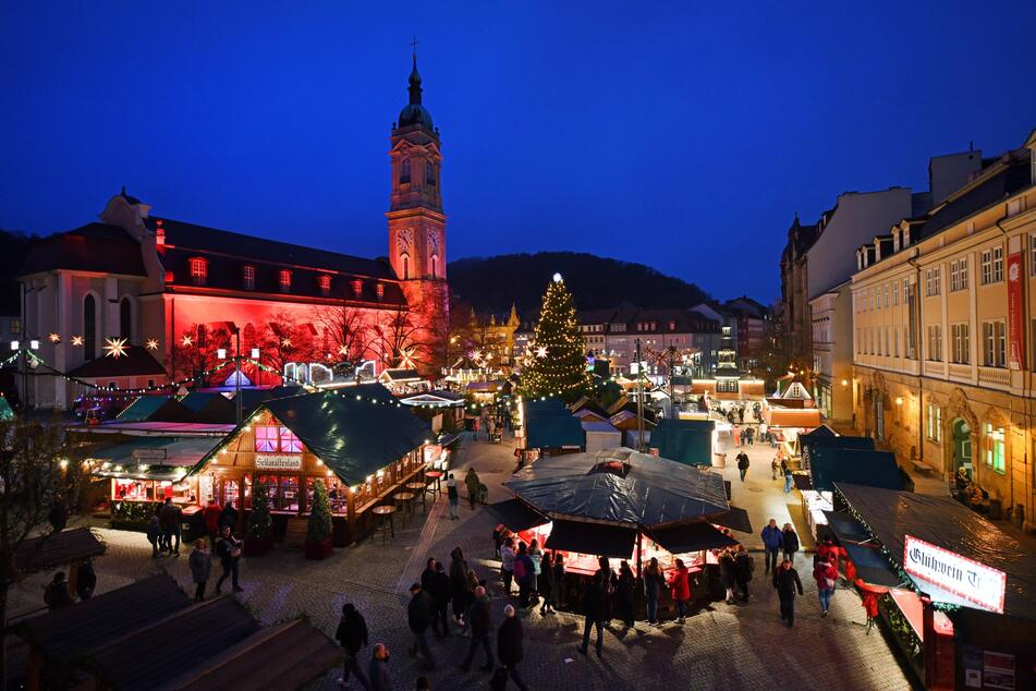 Eisenach: Die Georgenkirche und der Weihnachtsmarkt in der Innenstadt.