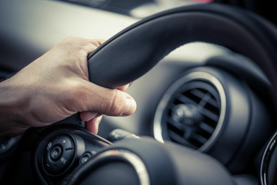Autofahrer erleidet Niesanfall und baut Unfall