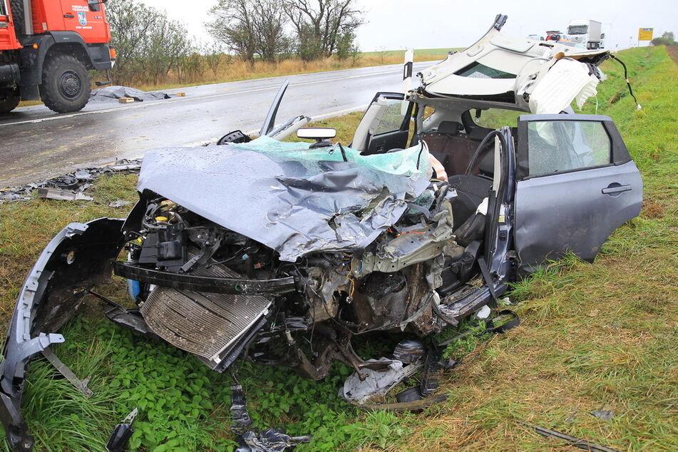 Ein Bild des Grauens: Der Nissan der am Unfallort verunglückten 74-Jährigen wurde komplett zerstört.