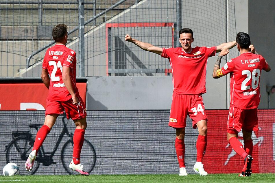 Unions Christian Gentner (M) feiert seinen Treffer mit Grischa Prömel (l) und Christopher Trimmel.