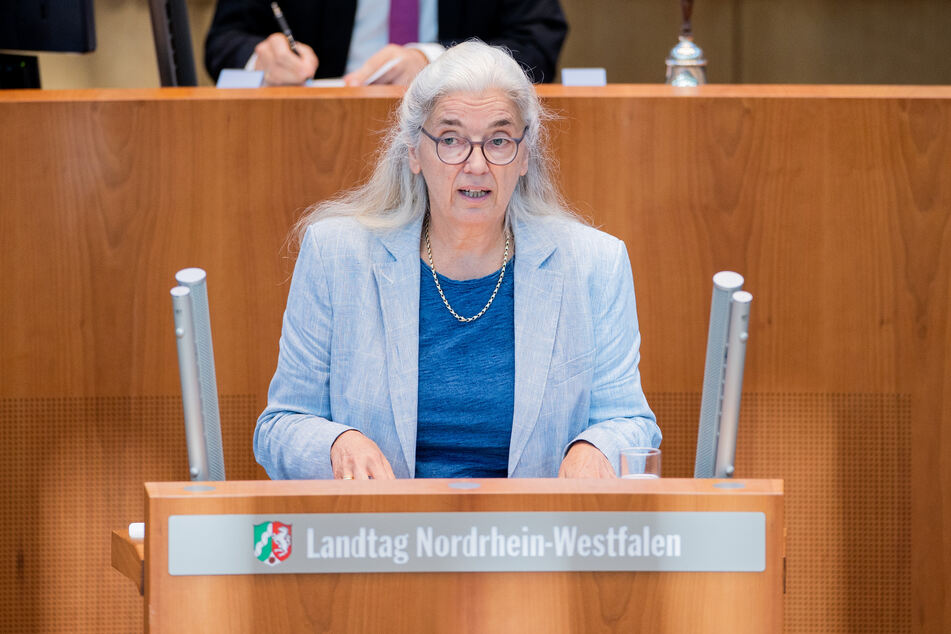 NRW-Wirtschaftsministerin Isabel Pfeiffer-Poensgen (66) gab am Donnerstag im Landtag Auskunft zum IT-Ausfall an der Düsseldorfer Uniklinik.