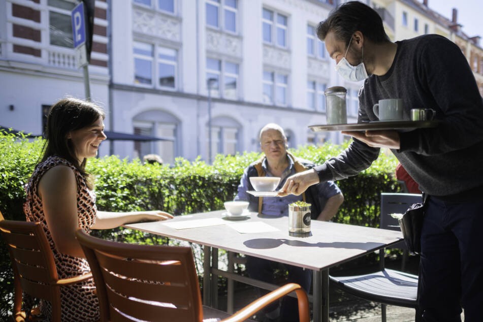 Junge Menschen haben im Juni von der abklingenden Krise am Arbeitsmarkt besonders profitiert. Vor allem im Bereich Hotellerie und Gastronomie wurden viele eingestellt. (Symbolbild)
