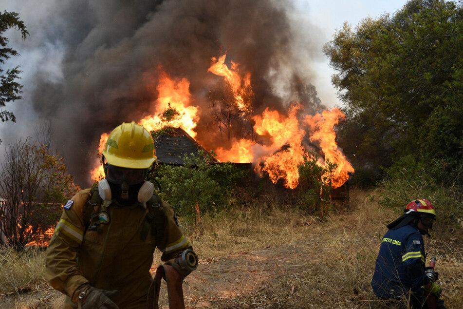 Ein an einem Berghang ausgebrochene Feuer hat sich in gefährlicher Nähe zu den Küstenstädten ausgebreitet