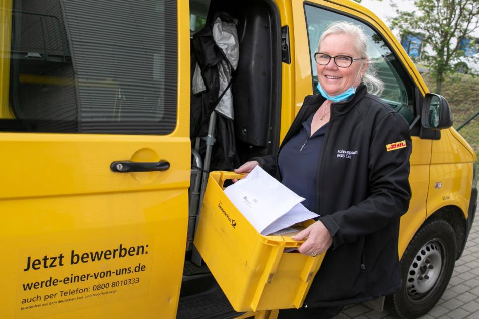 Sucht händeringend nach Aushilfskräften: Niederlassungsleiterin Marion Oppermann (59) packt kurzerhand selbst mit an beim Beladen.