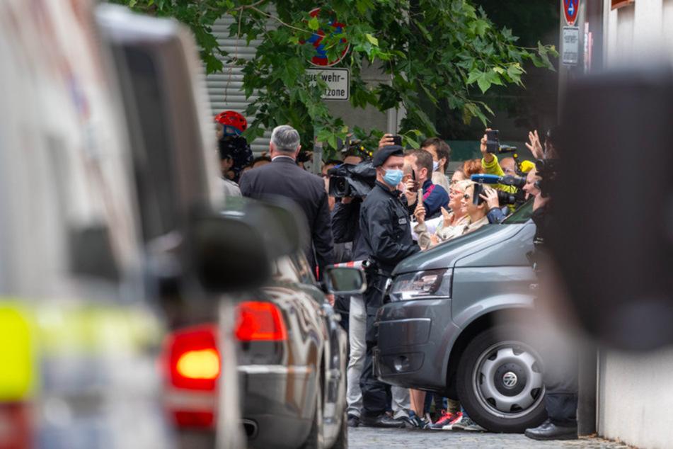 Zahlreiche Schaulustige beobachten die Autokolonne mit dem emeritierten Papst Benedikt XVI. vor dem Wohnhaus seines Bruders.