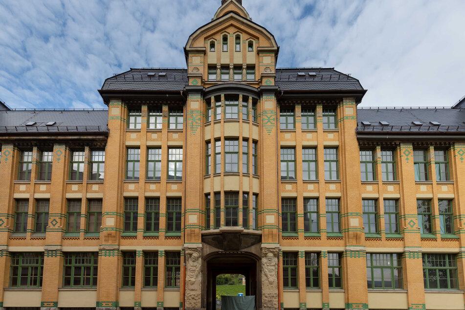 Das Wellner-Tor wurde bei der Metallbaufirma Mehlhorn in seine Einzelteile zerlegt. Metallbauer Markus Köhler (34) bohrt an einem Teilstück.