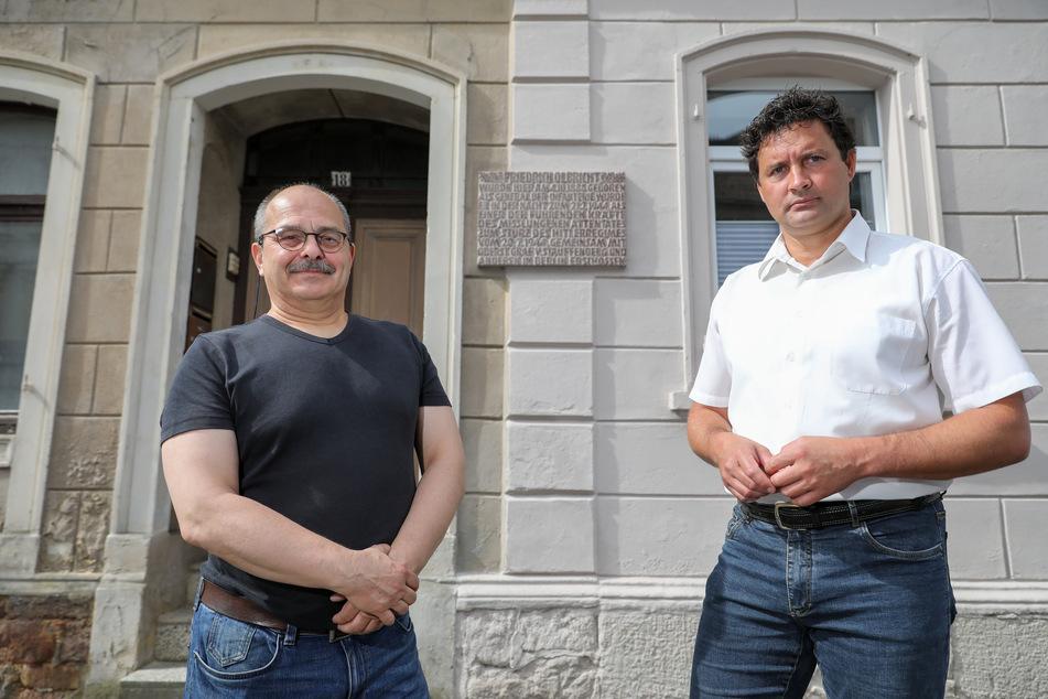 Uwe Reichel (l.), Vorsitzender Leisniger Geschichtsverein, und Bürgermeister Tobias Goth stehen vor dem baufälligen Geburtshaus von Friedrich Olbricht.