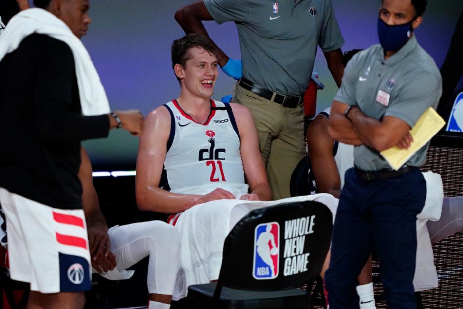 Moritz Wagner (M), Spieler der Washington Wizards, lächelt auf der Bank.