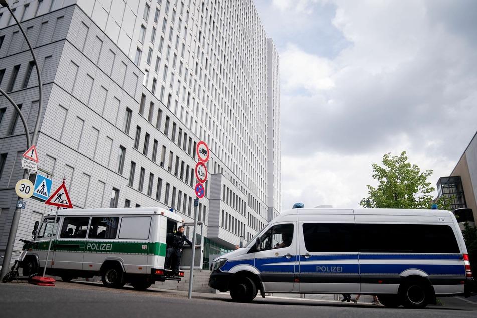Mannschaftswagen der Berliner Polizei stehen vor der Charite. Hier wird der russische Oppositionelle Nawalny behandelt.