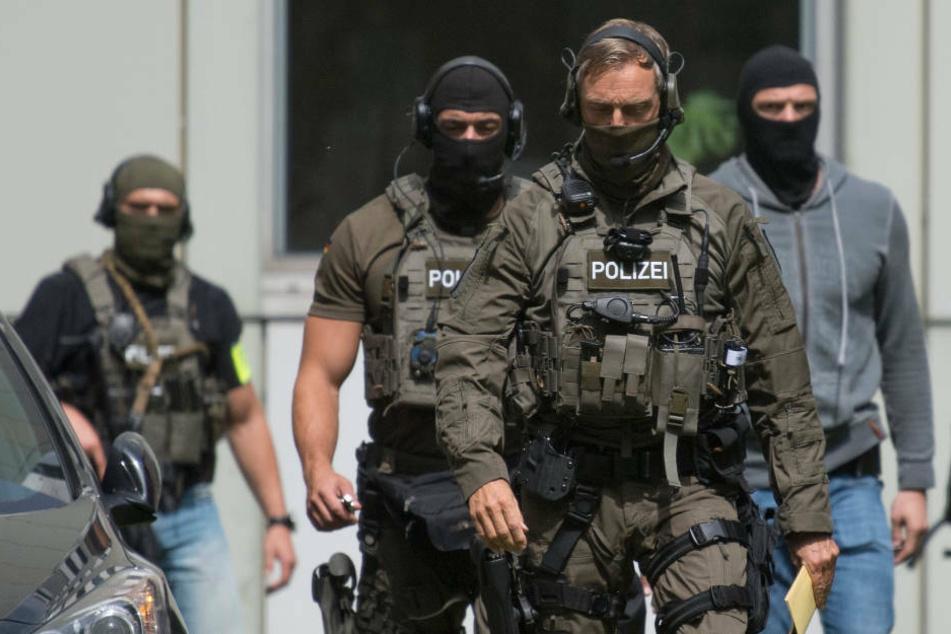 Razzia in der rechten Szene: SEK findet bei Aktivisten scharfe Waffe und Munition