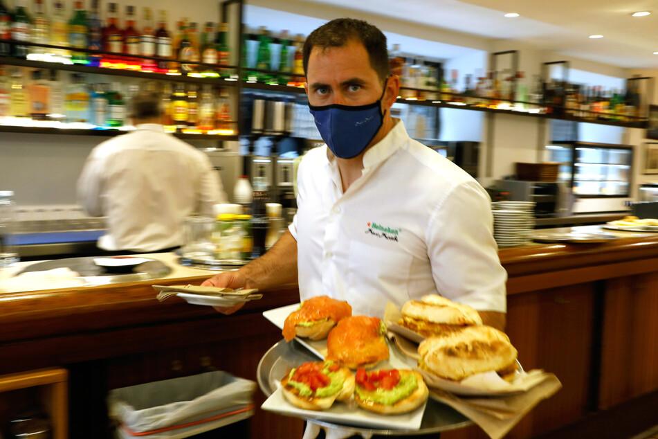 Gastronomen der spanischen Urlaubsinsel Mallorca dürfen am. Mittwoch erstmals seit März auch im Innenbereich wieder Gäste bewirten.