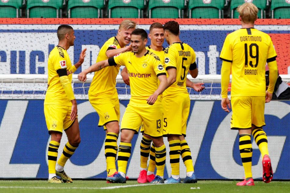 Raphael Guerreiro (Dritter von links) bejubelt mit seinen Mitspielern seinen 1:0-Führungstreffer für den BVB.