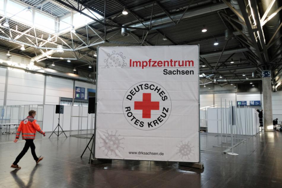 Ein Mitarbeiter des Deutschen Roten Kreuzes geht durch eine Halle der Leipziger Messe. Dort entsteht ein künftiges Impfzentrum zur Bekämpfung der Corona-Pandemie.