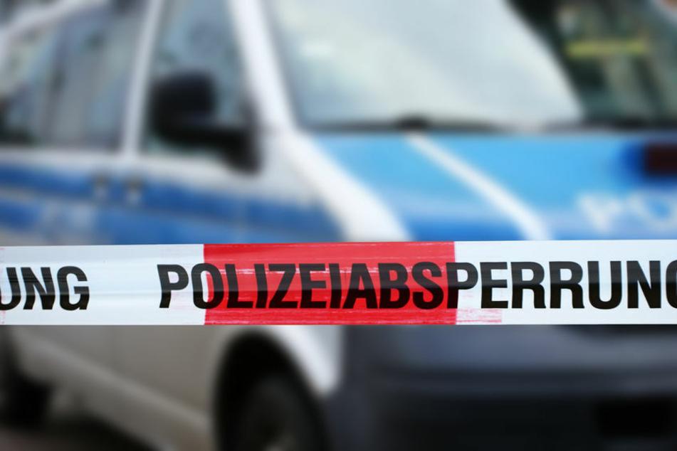 Die Polizei sperrte den Unfallbereich für mehrere Stunden ab (Symbolbild).