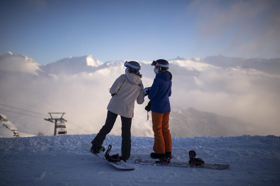 Für den Skibetrieb gelten klare Corona-Regeln: Bei Beförderung und in Warteschlangen ist ein Mindestabstand von zwei Metern einzuhalten. Beim Anstehen gilt Maskenpflicht.