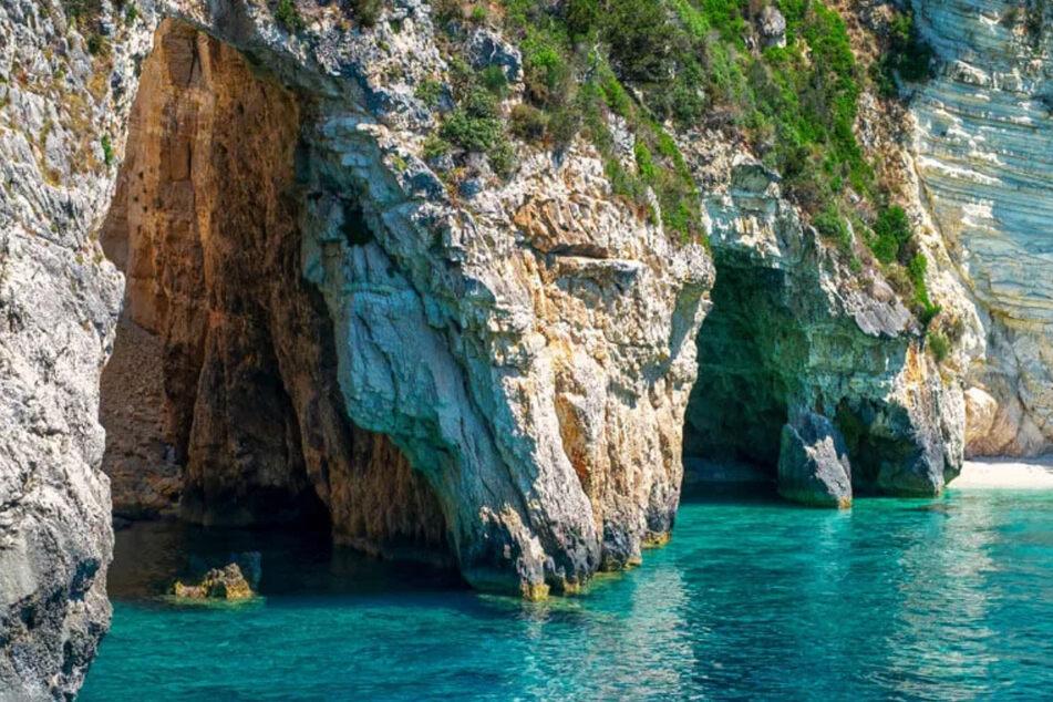 """Die """"Gráves"""" oder auch """"Blue Caves"""" sind die wunderschöne Meereshöhlen bei Magazia."""