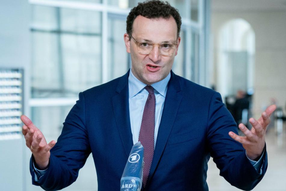 Jens Spahn (CDU), Bundesminister für Gesundheit, spricht am Rande der Plenarsitzung im Deutschen Bundestag zu den Medienvertretern.