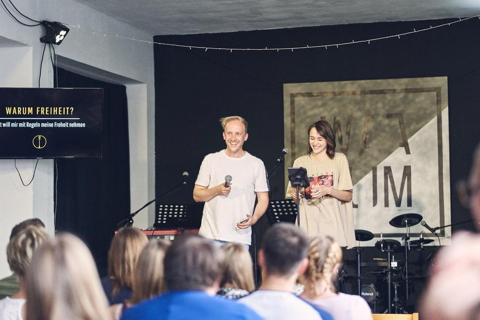 """Als Band """"Me&T"""" treten Tristan (31) und Tamara Lodge (24) auch vor Publikum auf."""