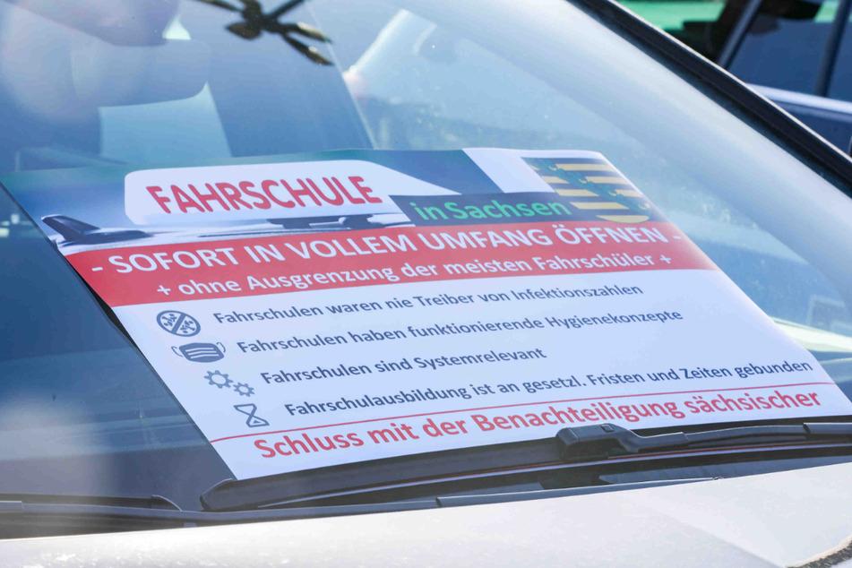 Sachsens Fahrschulen demonstrieren für eine sofortige Wiedereröffnung.