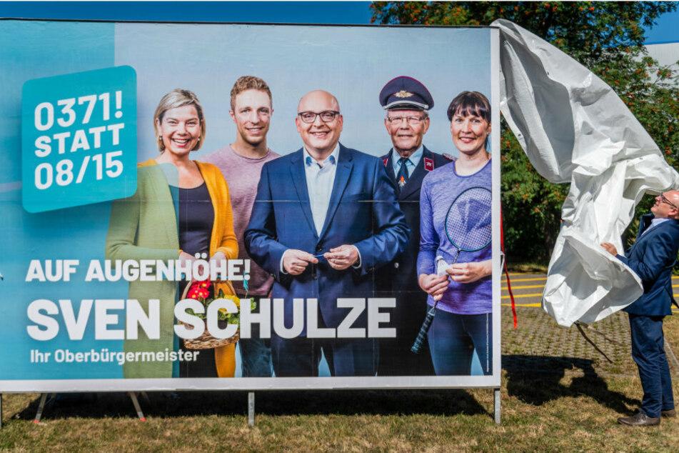 Wahlkampf-Auftakt: OB-Kandidat Sven Schulze (48, SPD) enthüllt das erste Wahlplakat seiner Kampagne. Ab morgen wird plakatiert.