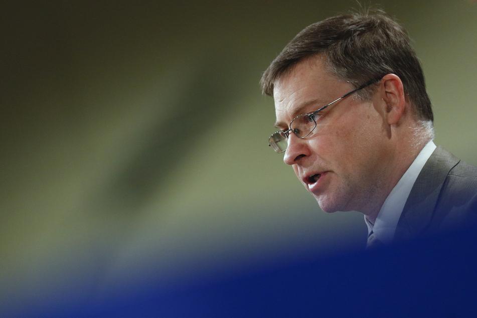 Der zuständige EU-Kommissar Valdis Dombrovskis (50) bestätigte am Montag, dass milliardenschwere EU-Corona-Hilfen für Polen und Ungarn wegen Rechtsstaatlichkeitsbedenken aufgehalten werden.