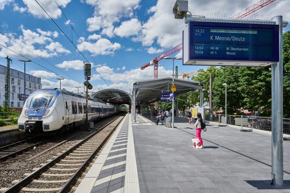 Am Bonner Hauptbahnhof wäre ein Betrunkener (39) am Dienstag beinahe von einem Zug erfasst worden, als er versucht hatte, torkelnd die Gleise zu überqueren. (Archivbild)
