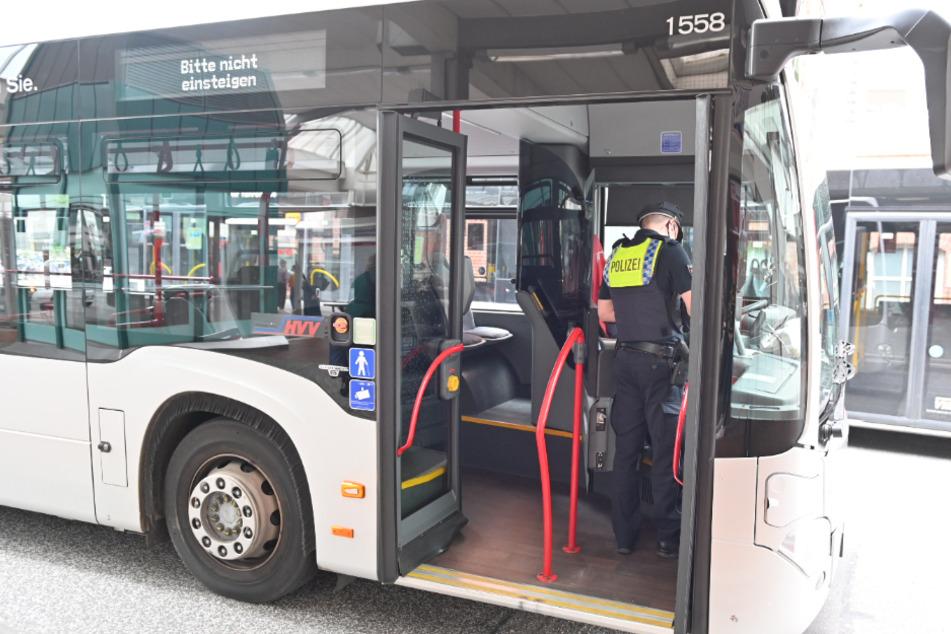Ein Polizeibeamter sichert den involvierten Bus.