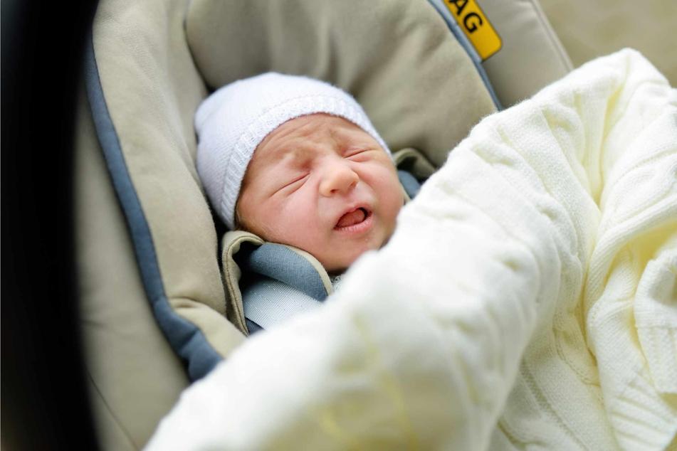 Der Säugling lag alleine gelassen im Kindersitz. (Symbolbild)