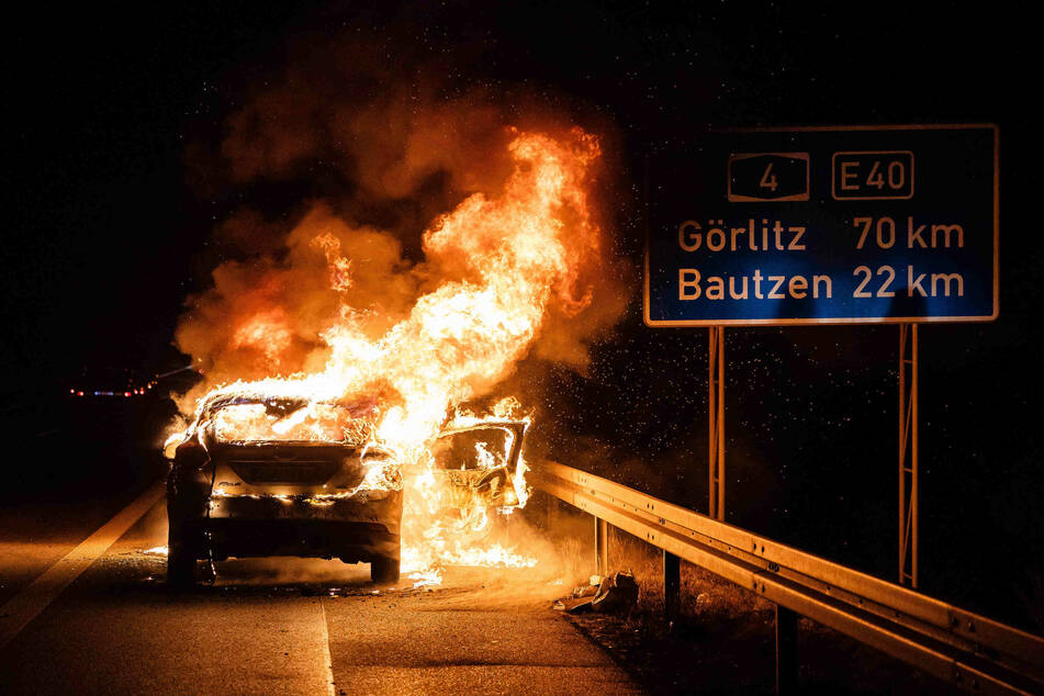 Meterhohe Flammen auf der A4: Ford brennt lichterloh!