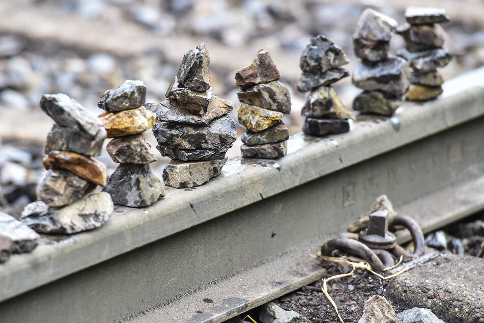 Der 56-Jährige und seine beiden Kinder legten mehrere Steine auf die Schiene (Symbolbild).