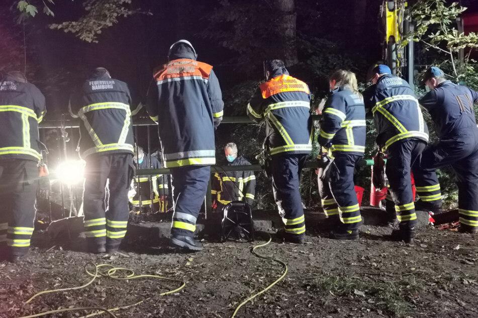Einsatzkräfte beobachten die Rettung.
