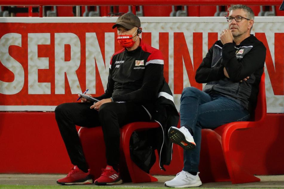 Urs Fischer (r.) und sein Co-Trainer Markus Hoffmann verfolgen das Spiel.