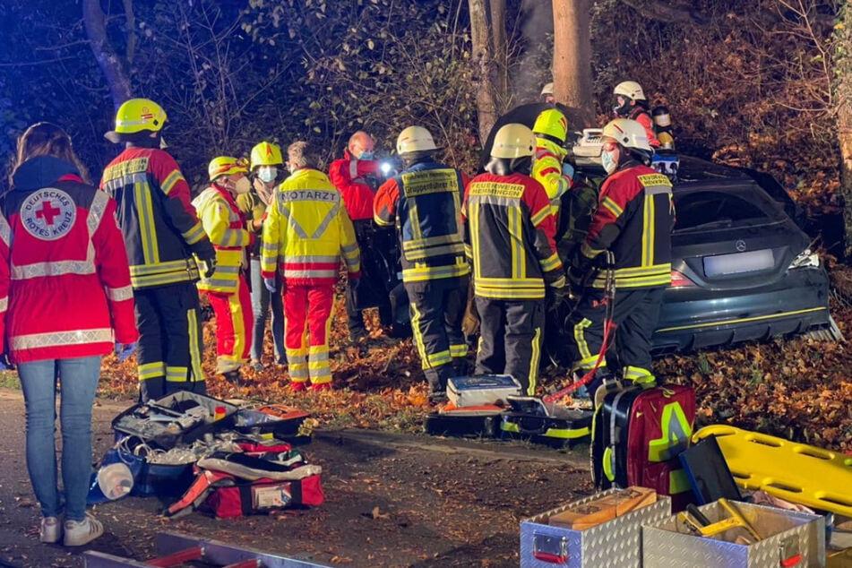 Hemmingen: Mercedes kracht gegen Baum, Kreisstraße gesperrt