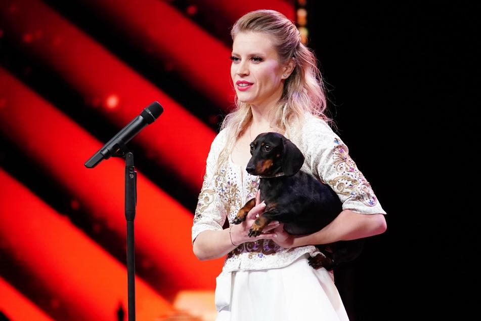 Diana Vediashkina aus Russland präsentiert eine Hunde-Dressur.