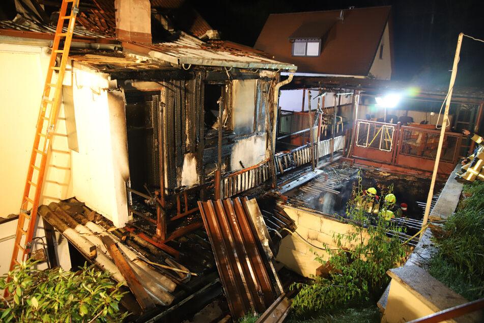 Um eine Ausbreitung des Feuers zu verhindern, musste die Feuerwehr das Dach öffnen.