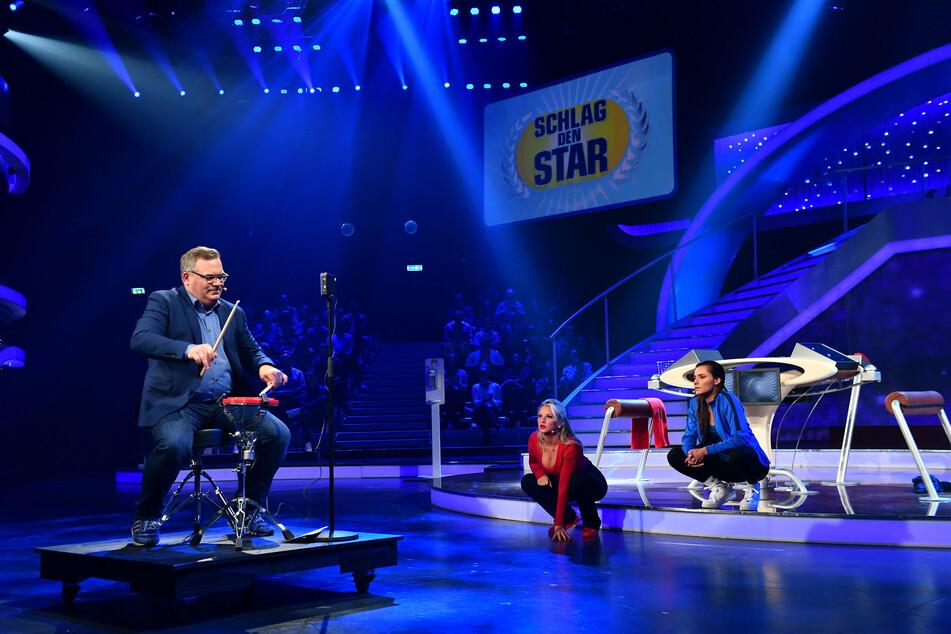 Wie oft trommelt Moderator Elton (50) in zehn Sekunden? Evelyn und Sophia lauschen und schauen gespannt.