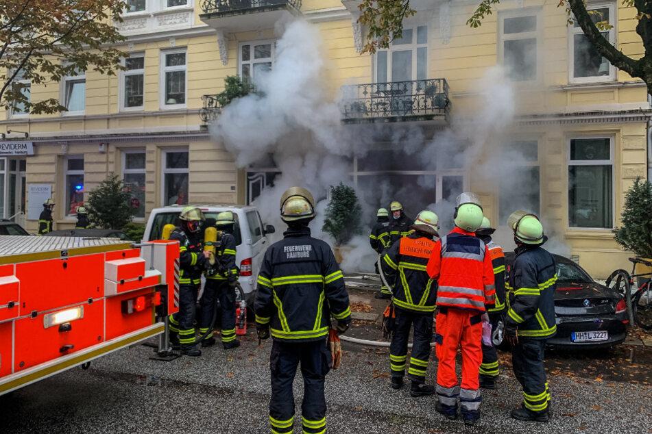 Großeinsatz! Feuer in Mehrfamilienhaus, Personen eingeschlossen