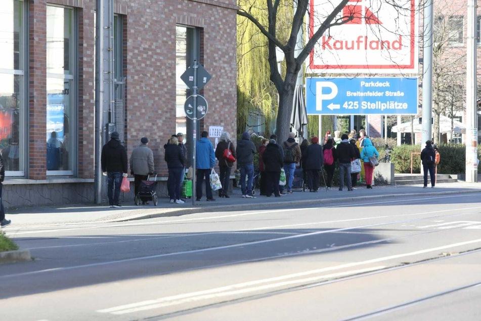 Vor dem Kaufland an der Georg-Schumann-Straße in Gohlis staute sich der Kundenverkehr.