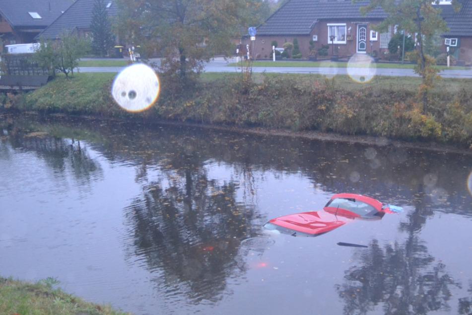Dramatischer Unfall: Auto versinkt nach Crash in Kanal