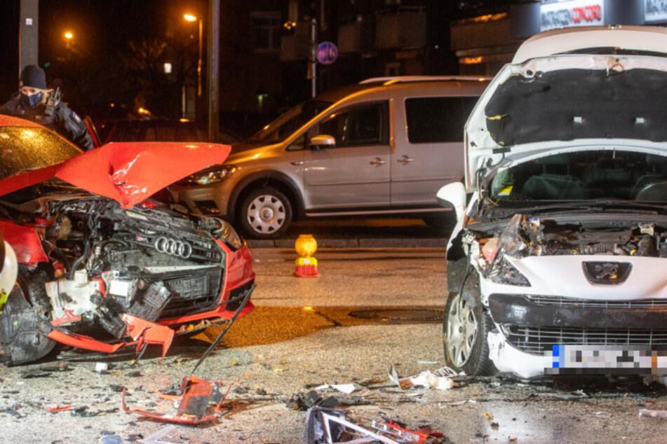 Rote Ampel missachtet? Fahrzeuge krachen auf Kreuzung ineinander